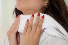 Когда и как используют компрессы на горло при ангине?