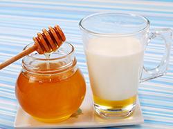 мед-с-молоком-при-ангине