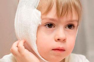 ребенок с компрессом на ухе