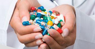 горсть таблеток в руках