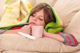 девочка меряет температуру